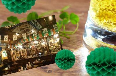 Decorazioni per la Festa di San Patrizio. La festa si fa negli Irish Pub